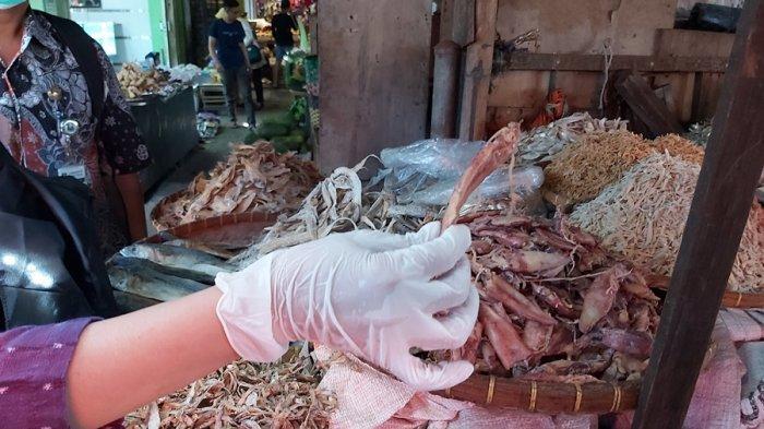 Di Pasar Pagi Kota Tegal, Petugas Temukan Ikan Teri dan Cumi Mengandung Formalin