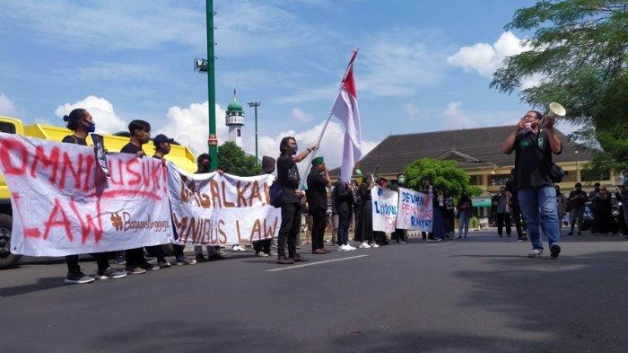 Mahasiswa Banyumas Demo, Bentangkan Spanduk 'Dewan Penindas Rakyat, Gagalkan Omnibus Law, Omnibusuk'