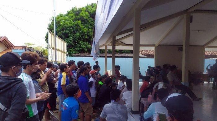 Warga Desa Pejogol, Kecamatan Cilongok, Kabupaten Banyumas, menggeruduk kantor desa untuk menuntut Kasi Kesra, yaitu Herin Purwanto mundur dari jabatannya karena diduga berselingkuh dengan bidan desa setempat, Senin (29/6/2020).