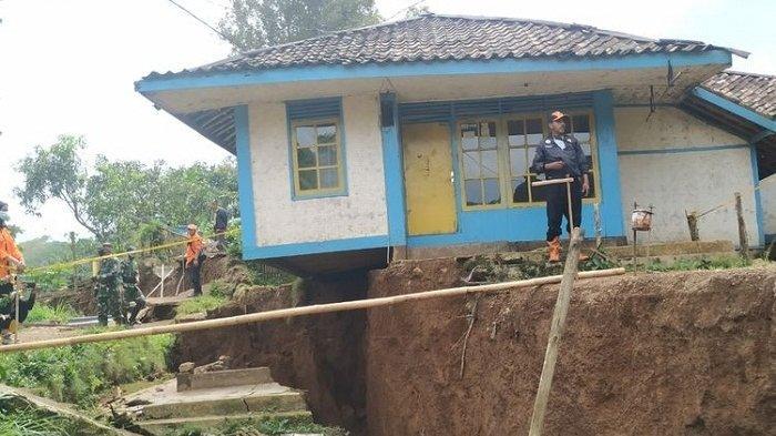 Warga Ciherang Sukabumi Berhamburan Keluar Rumah Dengar Dentuman Dua Kali, Ajun: Dinding Bergetar