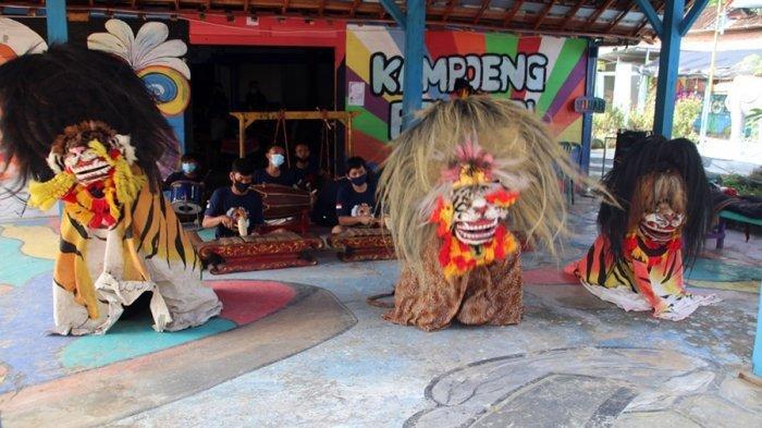 Pertunjukan seni barongan di Kampung Pelangi Desa Bangsri, Kecamatan Jepon, Kabupaten Blora, Senin (11/1/2021).