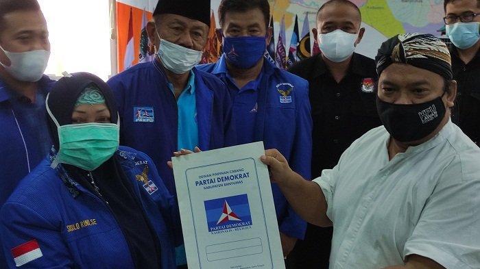 Sambangi KPU Banyumas, Rombongan DPC Partai Demokrat Pimpinan Susilo Rini Serahkan SK Pengurus