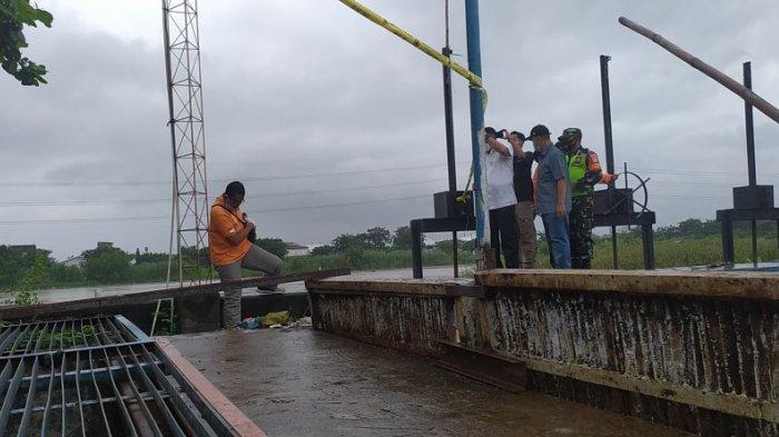 Bau Amis Dikira Jeroan Ikan, Ariyanto Malah Temukan 2 Mayat Bayi di Pintu Air Madukoro Semarang