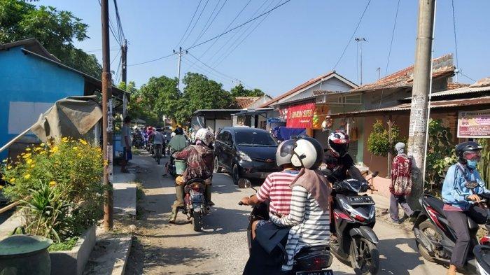 Jalan Perkampungan Perbatasan Tegal Dipadati Hilir Mudik Kendaraan, Dampak Penyekatan PPKM Darurat