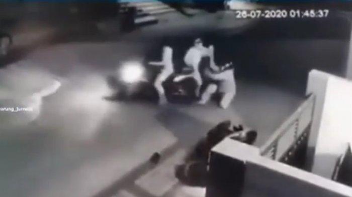 Emak-emak Driver Ojol Duel Lawan Begal Seusai Dapat Orderan Pukul 02.45, Aksinya Terekam CCTV