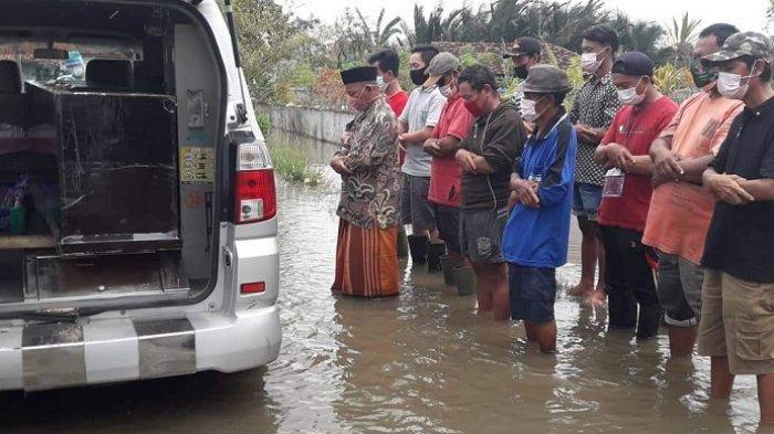 Viral, Pemakaman Pasien Covid di Tengah Banjir di Siwalan Pekalongan. Begini Ceritanya