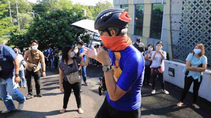 Ayo Antre yang Bagus! Seruan Ganjar Gunakan Pengeras Suara Lihat Kerumunan di UTC Semarang