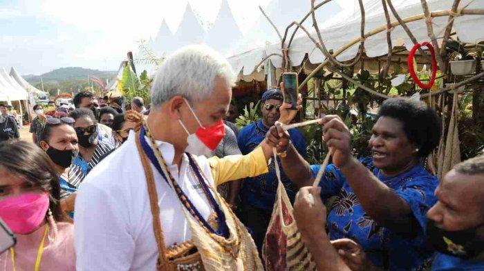 Leher Ganjar Dipenuhi Gantungan Noken, Tas Tradisional Asal Papua: Ini Sampai Berat Sekali