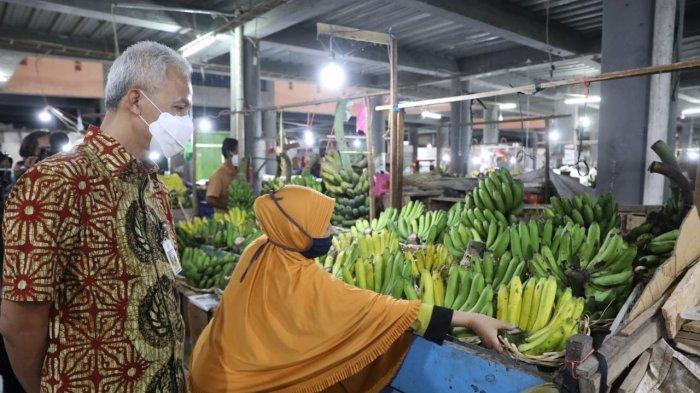 Ganjar Beli Buah-buahan di Pasar Tawangmangu, Khusus Buat Nakes Asrama Haji Donohudan Boyolali