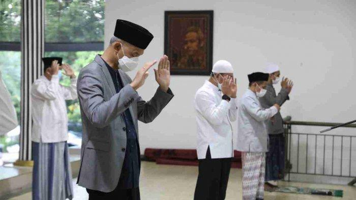 Salat Iduladha Bersama Keluarga di Puri Gedeh Semarang, Ganjar: Ini Cara Lain Berkurban
