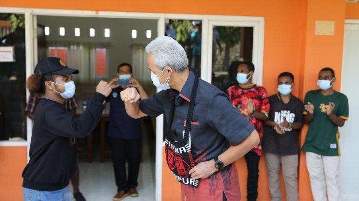 Ganjar Sambangi dan Goda Pelajar Papua, Picu Gelak Tawa Seisi Asrama Mangunharjo Semarang
