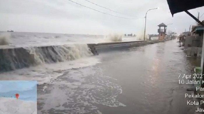 Dihajar Gelombang Tinggi dan Angin, Air Laut Melimpas ke Jalan Pantai Sari Kota Pekalongan