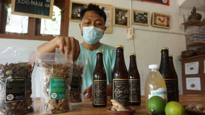 Pemilik Kedai Bakoel Jamu, Ginanjar Saputra, menunjukkan jamu dalam kemasan dan botol di kedai di Wrage Tambahrejo, Kecamatan, Bandar, Batang, Minggu (17/1/2021).