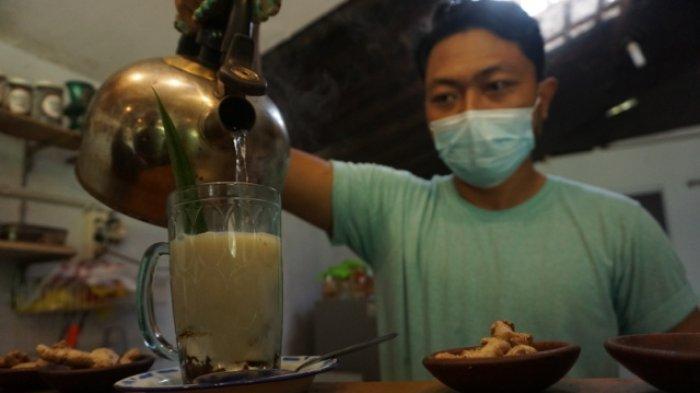 Pemilik Kedai Bakoel Jamu, Ginanjar Saputra, meracik jamu geprek di kedai di Wrage Tambahrejo, Kecamatan, Bandar, Batang, Minggu (17/1/2021).