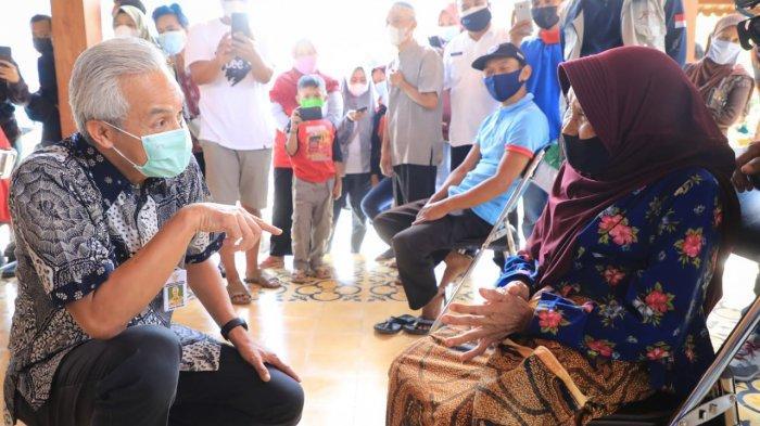 Candaan Gubernur Ganjar Kepada Mbah Tariyem di Magelang: Sertifikat Vaksin Bisa Digadaikan