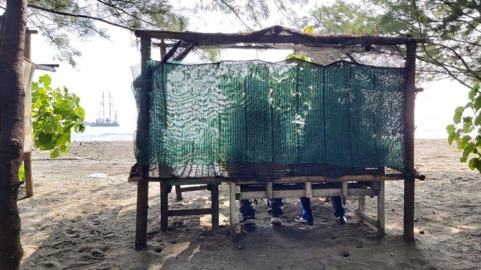 Potret gubuk tertutup di wisata liar yang dikabarkan sering digunakan oleh pasangan muda-mudi untuk bermesraan, Jumat (21/5/2021).