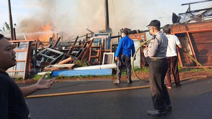 Gudang Penyimpanan Kayu Bekas di Karanglewas Banyumas Terbakar, Api Diduga dari Korsleting Listrik