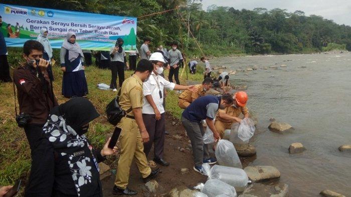 Tebar Ikan di Sungai Serayu, Siswa SMA Negeri 1 Sigaluh Banjarnegara Peringati Hari Air Sedunia
