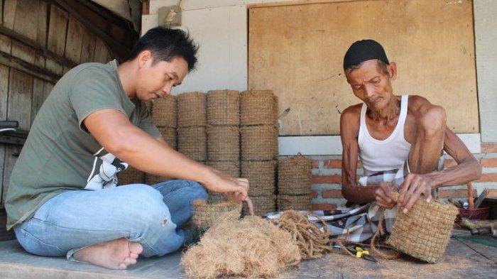 Kisah Guru Honorer Bergaji Rp 700 Ribu, Bikin Pot Berbahan Sabut Kelapa, Berdayakan Lansia di Demak