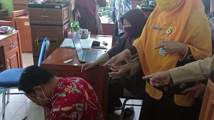 Suasana Haru di SMAN 1 Sigaluh, Tujuh Guru Sujud Syukur, Dinyatakan Lolos Seleksi PPPK Banjarnegara