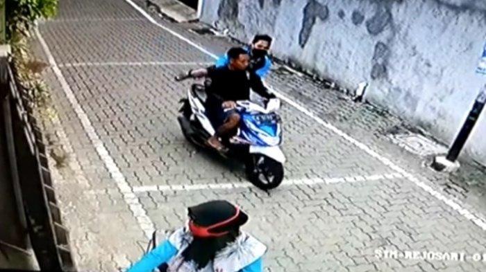 Guru Ngaji Dijambret, Tas Berisi Alquran Dibawa Kabur Dua Pemuda, Aksinya Terekam CCTV