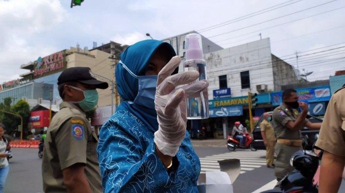 Isi Ulang Hand Sanitizer Gratis di Alun-alun Purwokerto, Bupati: Banyumas Berstatus Bahaya Corona