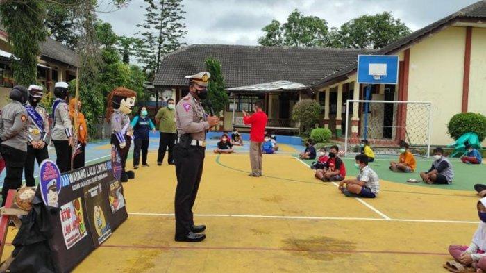 Dalang Bripka Teguh Riyanto Datangi Dua Sekolah di Mrebet Purbalingga, Hibur Siswa yang Lagi Isoter
