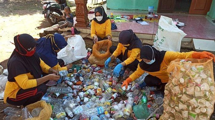 Tambah Penghasilan di Tengah Pandemi Covid, Ibu-ibu di Kandeman Batang Kelola Bank Sampah