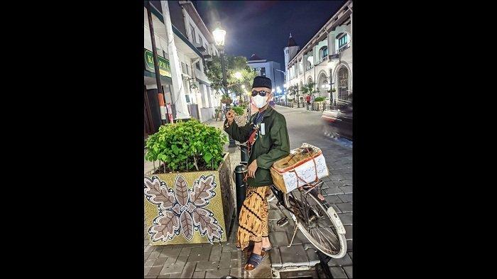 Irzan Al Majid singgah dan foto di kawasan Kota Lama Semarang dalam perjalanan pulang kampung naik sepeda dari Rembang ke Pemalang.