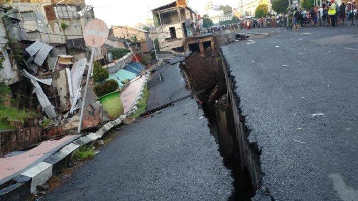 VIDEO dan FOTO-FOTO: Heboh Jalan Nasional di Jember Ambles 45 Meter, Robohkan 8 Ruko