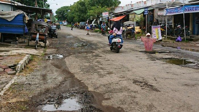 Jalan berlubang di Jalan Cisadane Kelurahan Kebondalem, Kecamatan Pemalang, dipasangi orang-orangan sawah dan tiang panjat pinang mini oleh warga, Sabtu (27/2/2021).