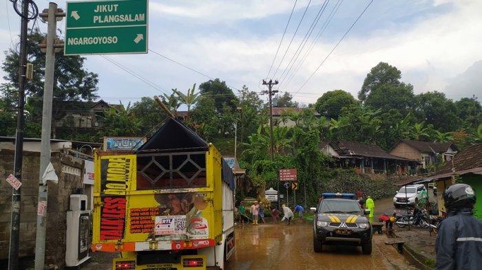 Awas Jalan Berlumpur Campur Kerikil di Puntukrejo Karanganyar, Pengendara Motor Wajib Berhati-hati