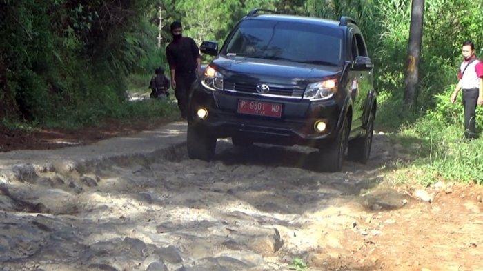 Jalan Rusak Parah, Mobil Rombongan Bupati Banjarnegara Harus Kandas Lintasi Jalur Ekstrem Simego