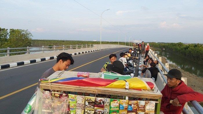 Sejumlah anak muda nampak asyik nongkrong di Jembatan Kaligangsa yang berada di Jalan Lingkar Brebes-Tegal, Senin (31/5/2021) sore.