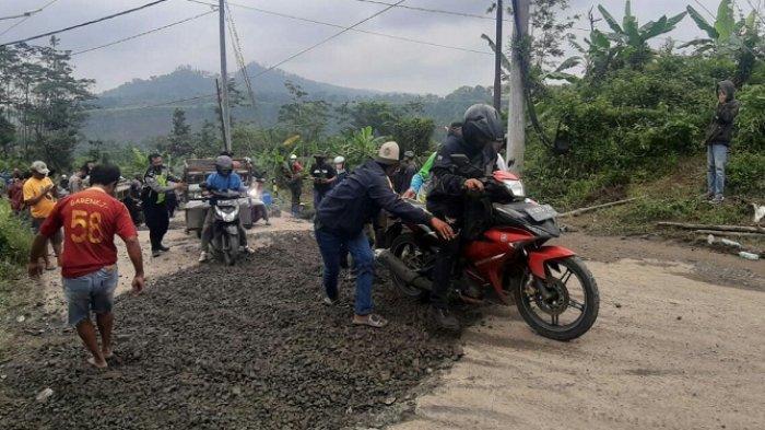 Jalan Menuju Objek Wisata Guci Tegal Ambles di Clirit View, Pengguna Jalan Harus Bergantian