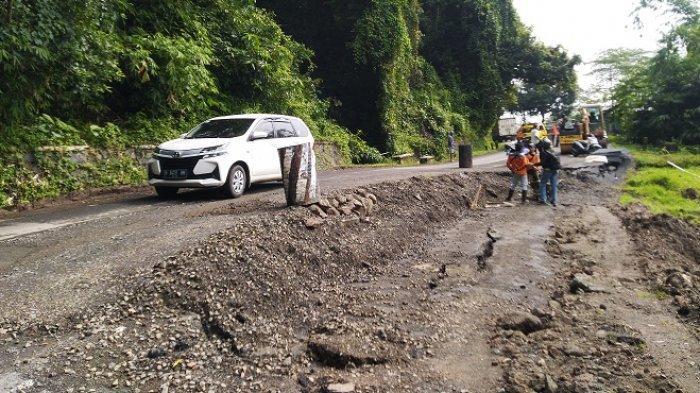 Hati-hati, Jalan Kendal-Temanggung via Pageruyung Ambles. Kendaraan Harus Bergantian