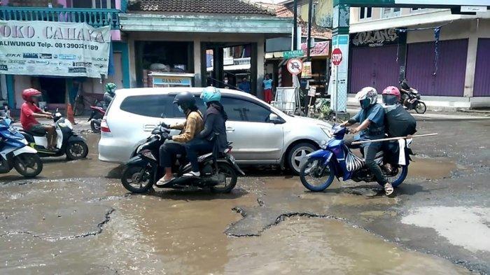 Banyak Jalan Berlubang di Pantura Kendal, Tiap Hari Ada Pengendara yang Terperosok