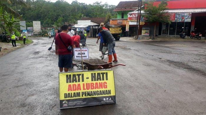 Bupati Banjarnegara Budhi Sarwono memimpin penambalan jalan provinsi di ruas Banjarmangu-Gayam, Kabupaten Banjarnegara, Minggu (6/12/2020).