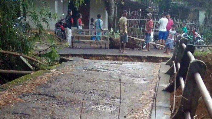 Jembatan Desa di Kayen Pati Ambrol, Diduga Akibat Penyumbatan Sampah di Tiang Penyangga