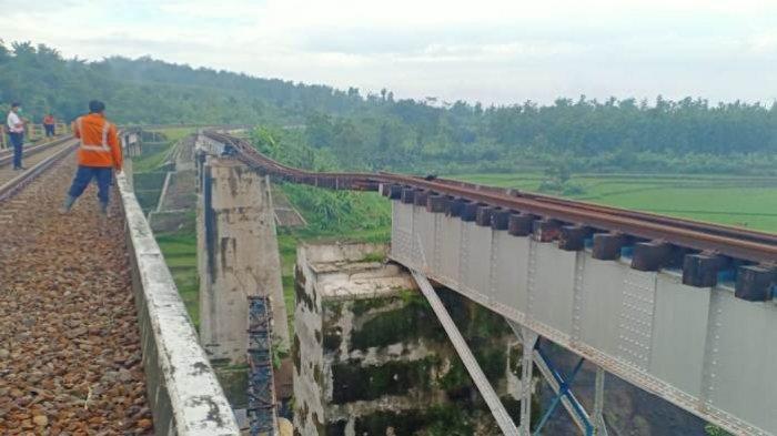 Khawatir Tergerus Sungai, Petugas PT KAI Pantau 24 Jam/Hari Kondisi Jembatan Rel Tunggal di Brebes