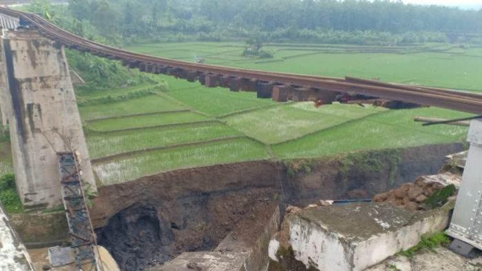 Jembatan rel kereta api di Desa Tonjong, Kecamatan Tonjong, Kabupaten Brebes, putus pada Senin (11/1/2021) petang. Kondisi ini terjadi lantaran tiang penyangga jembata rel ambruk dihantam derasnya arus Sungai Glagah.