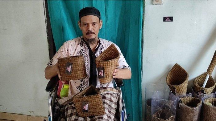 Cerita Jirno, Difabel Kutawuluh Banjarnegara: Tetap Produktif Bikin Pot Sabut Kelapa, Butuh Pengepul