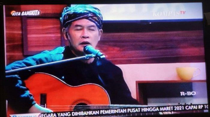 Jodhi Yudono sedang bernyanyi di sela Ngopi, KompasTV belum lama ini.