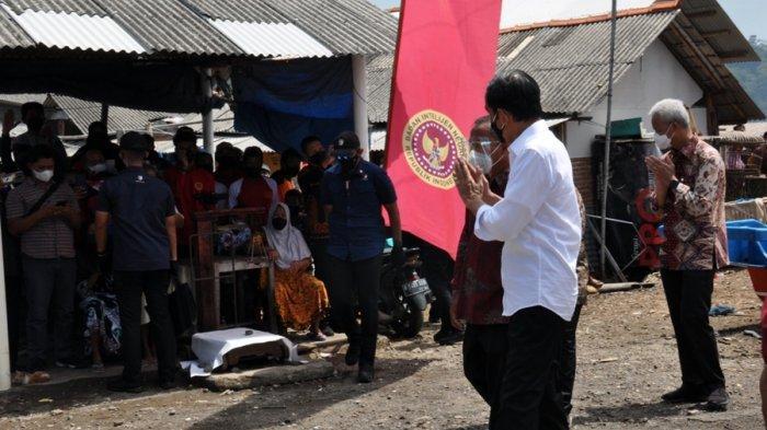 Presiden Joko Widodo memberikan sambutan dan menyapa warga seusai memantau vaksinasi di Kampung Nelayan Sentolo Kawat, Kecamatan Cilacap Selatan, Kabupaten Cilacap, Kamis (23/9/2021).