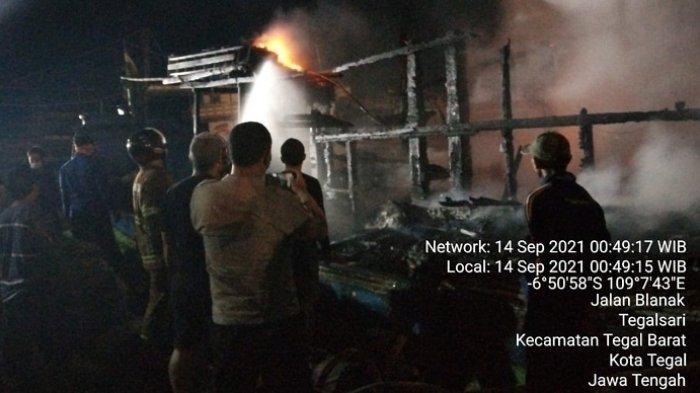 Kapal Penangkap Cumi Terbakar saat Bersandar di Pelabuhan Jongor Tegal, Petugas Kerahkan 5 Mobil PMK