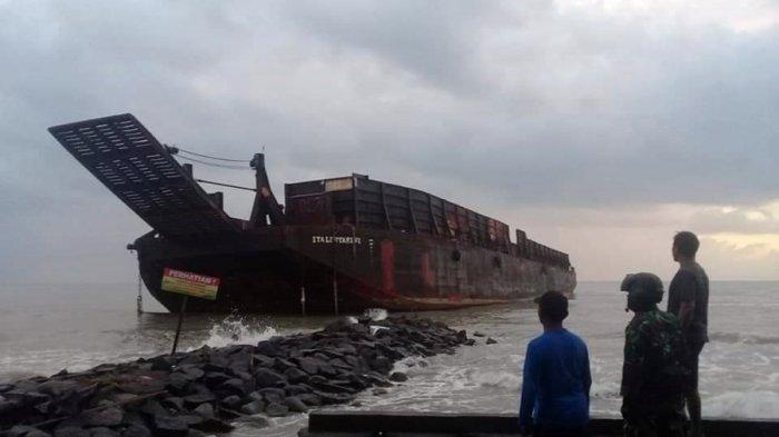 Kapal Tongkar Terdampar di Tepi Pantai Muarareja Tegal, Tali Putus dan Terseret Angin Kencang