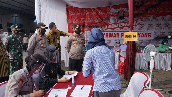 Kapolda Jateng Cek Vaksinasi Buruh di Purbalingga: Harus Tetap Jaga Prokes meski Sudah Divaksin