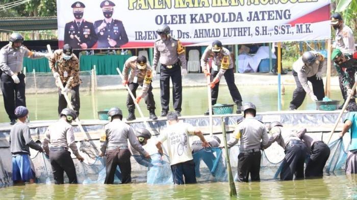 Pulihkan Ekonomi Warga Banjarnegara, Kapolda Jateng Tebar 1000 Benih Ikan Hingga Resmikan Poliklinik
