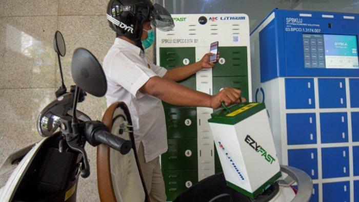 Karyawan mengganti baterai sepeda motor listrik di Stasiun Penukaran Baterai Kendaraan Listrik Umum (SPBKLU), Gedung Direktorat Ketenagalistrikan Kementerian Energi dan Sumber Daya Mineral (Kementerian ESDM), Jakarta, Senin (21/12/2020). Kementerian ESDM menargetkan hingga 2025 dapat membangun SPBKLU di 10.000 titik serta Stasiun Pengisian Kendaraan Listrik Umum (SPKLU) di 2.400 titik guna mendukung penerapan Kendaraan Bermotor Listrik Berbasis Baterai (KBLBB) untuk transportasi jalan di Indonesia.