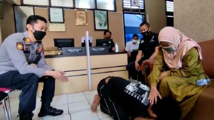 Anak di Pasar Kliwon Solo Tega Pukul Ibu hingga Terjatuh, Berakhir Cium Kaki di Mapolsek